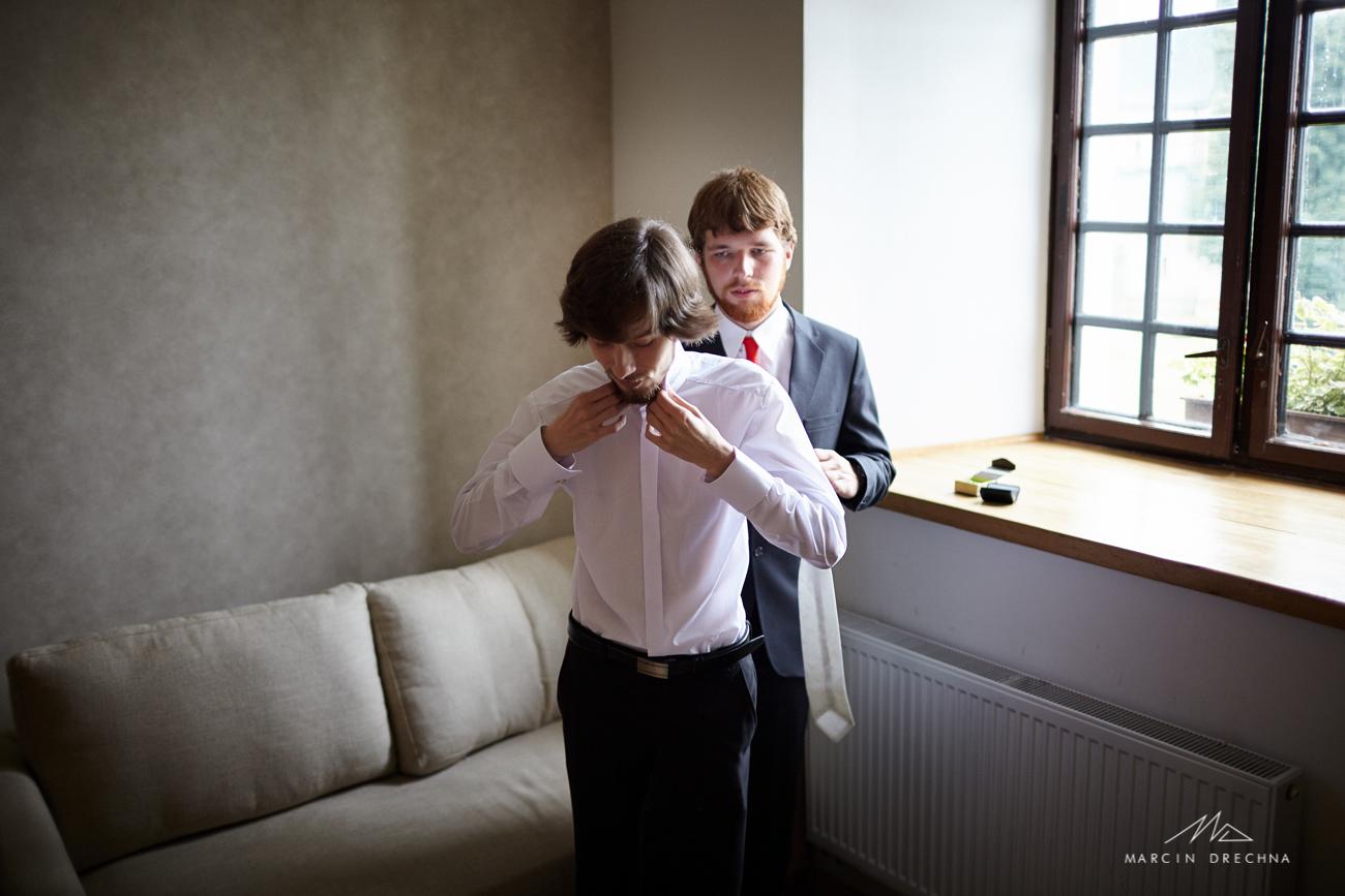 zdjęcia podczas ubierania pana młodego