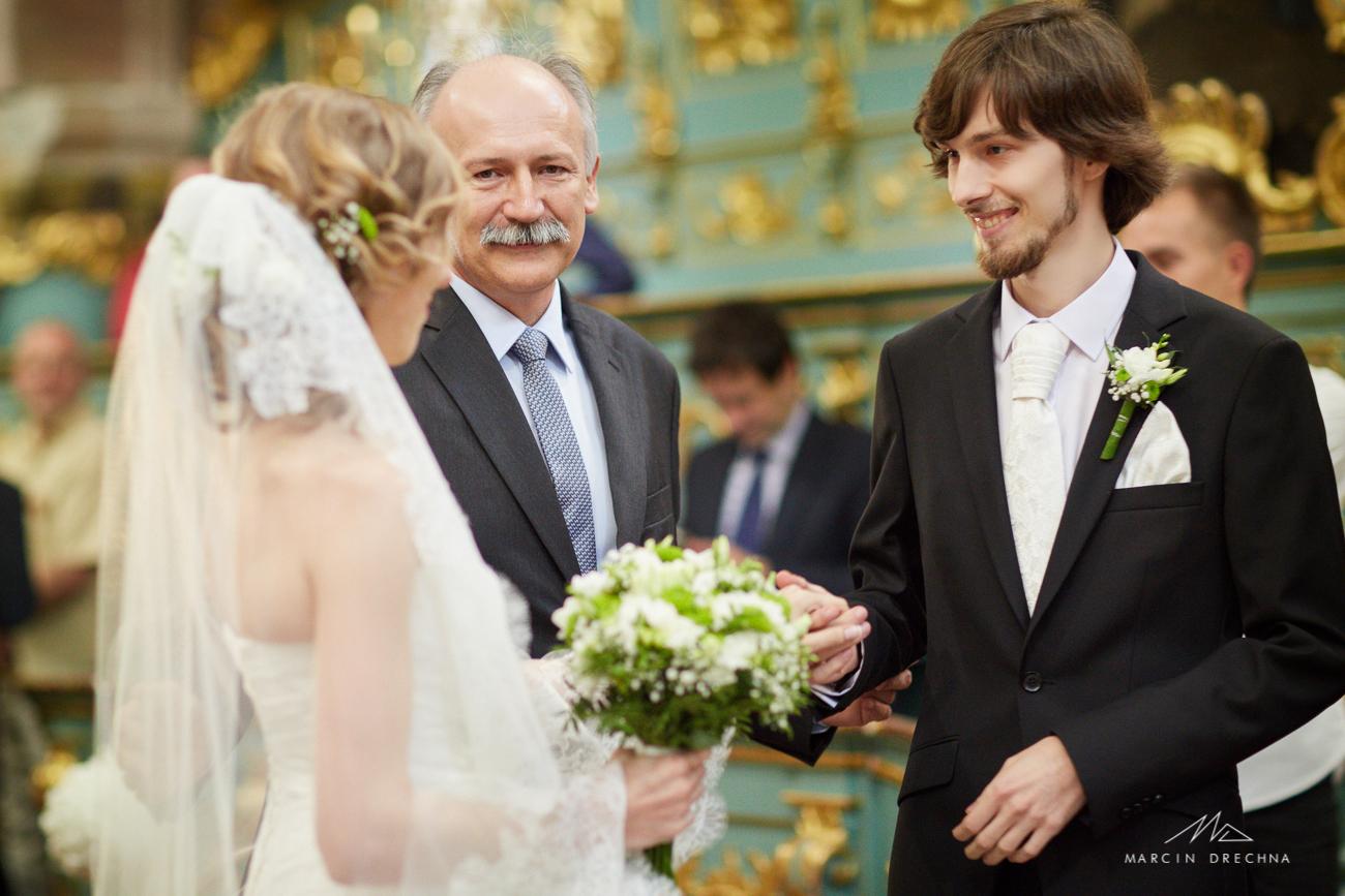 zdjęcia ślubne z kościoła na podklasztorzu