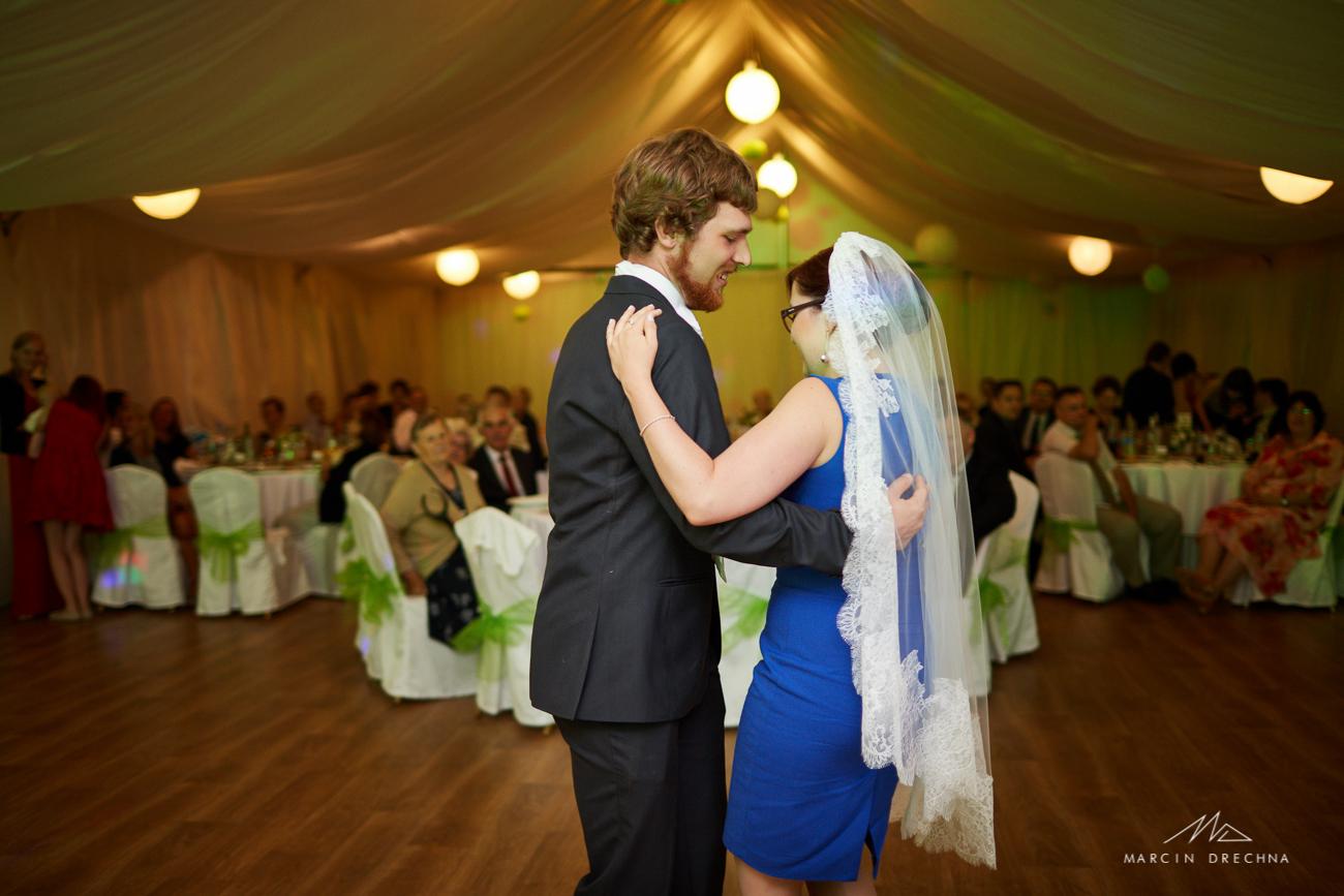 tańce w namiocie weselnym