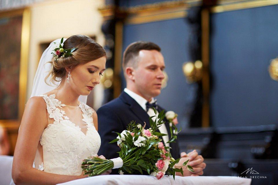 zdjęcia ślubne w kościołu fary piotrków