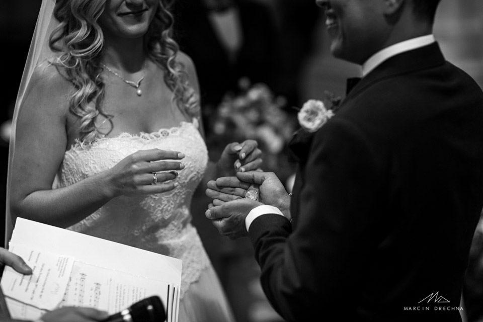 przesypywanie monet na ślubie
