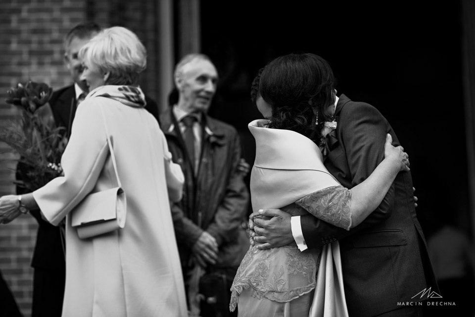 zdjęcia ślubne po wyściu z kościoła w łodzi